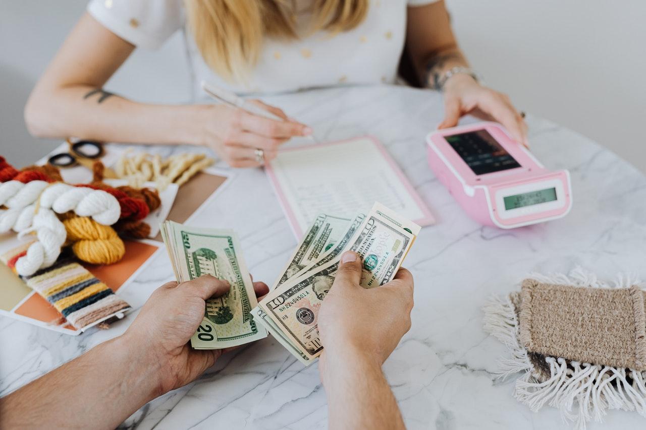 Bugetul-Familiei-21-Cum-economisește-o-famile-în-medie-50-din-venituri-cu-focus-pe-obiective_cuplu-care-numără-banii